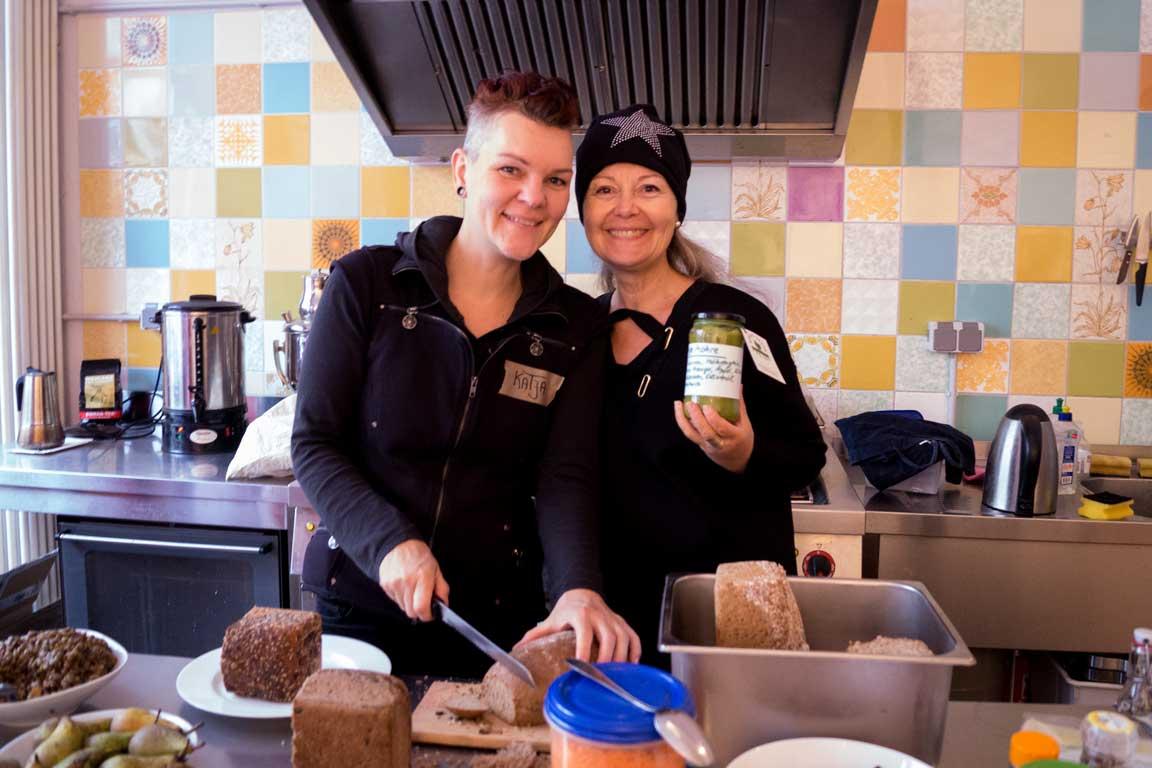 Katja und Bine bei der Essensvorbereitung